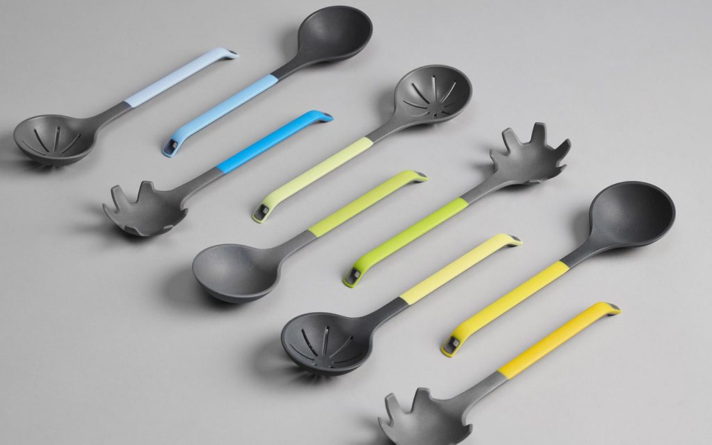 Prototypen von Küchenutensilien in Pantone-Farben