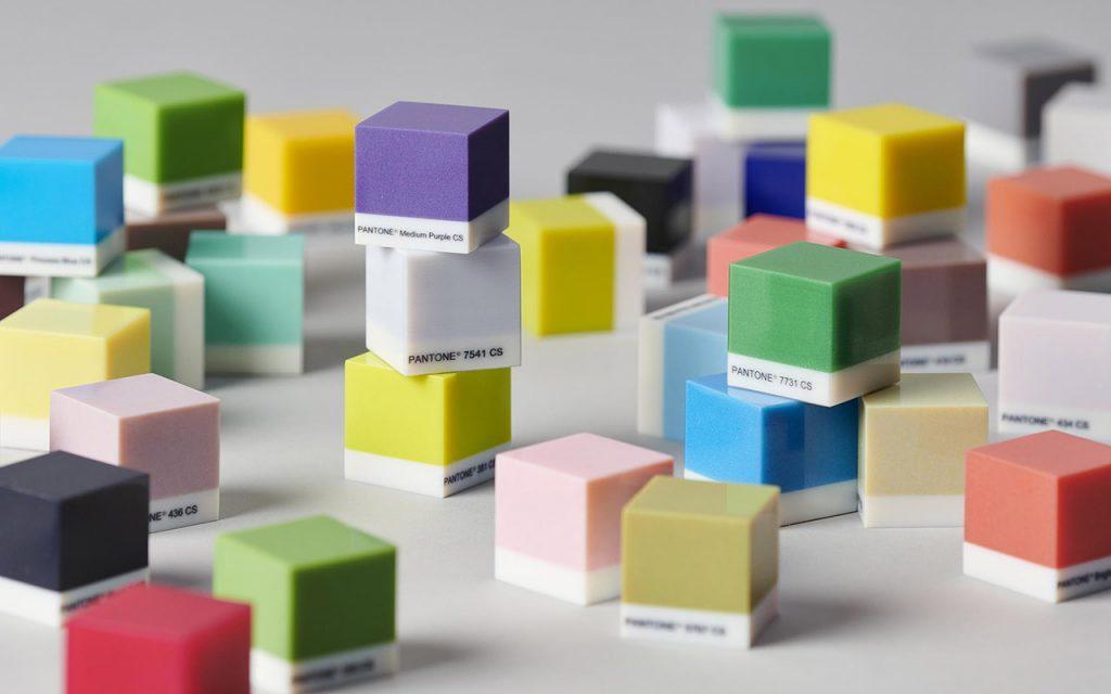 Im PolyJet-Verfahren 3D-gedruckte Farbwürfel in Pantonefarben
