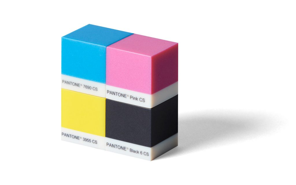 Mit der Stratasys J55 gedruckte Würfel in Pantone-Farben